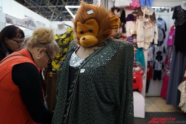 У некоторых манекенов вместо человеческой головы - обезьянья.