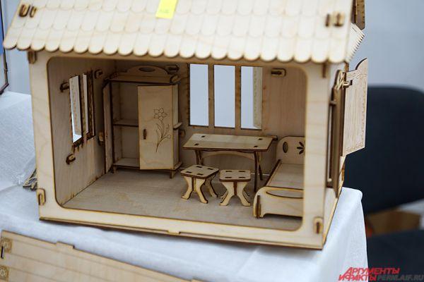 Миниатюрный деревянный домик стоит дорого.