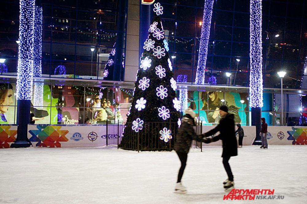 Даже на катках перед Новым годом царит особая атмосфера романтики.