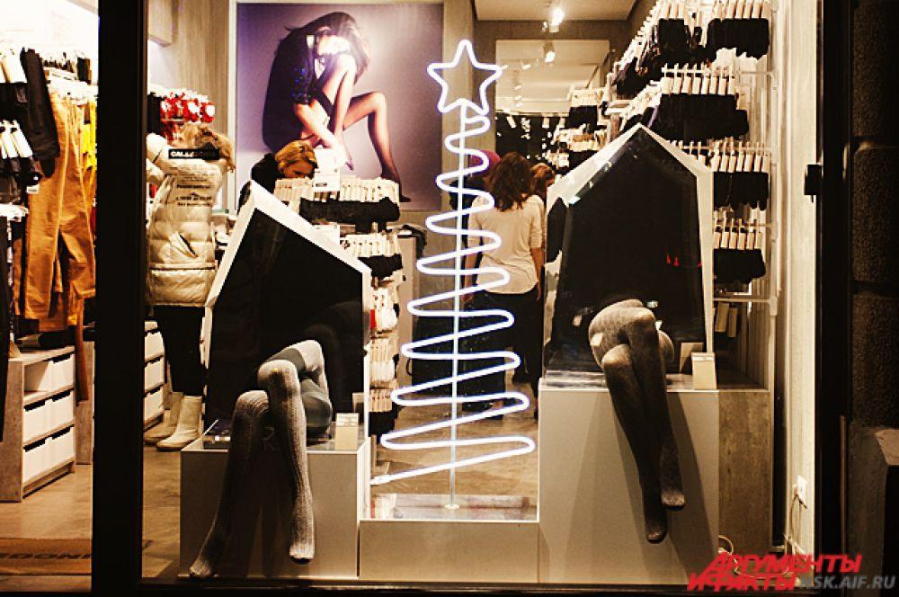 Холодные стеклянные витрины к Новому году становятся частью праздничного убранства.