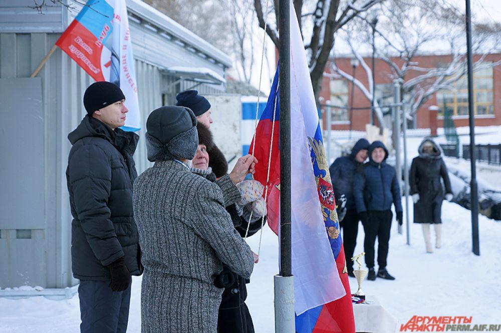 Поднятие флага России и гимн, словно на настоящих соревнованиях.