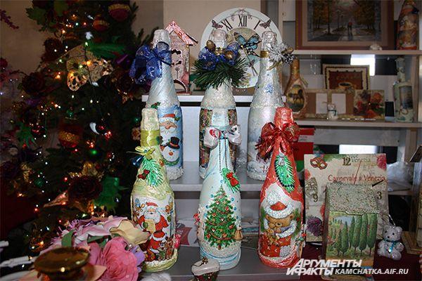 На выставке представлено изобилие новогодних бутылок шампанского.