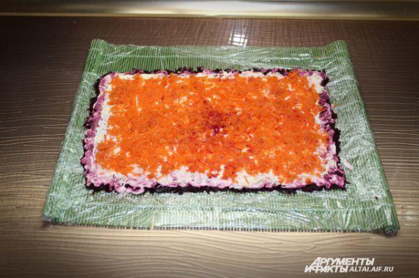 . Теперь слой моркови тертой на мелкой терке. Его также смазываем майонезом.