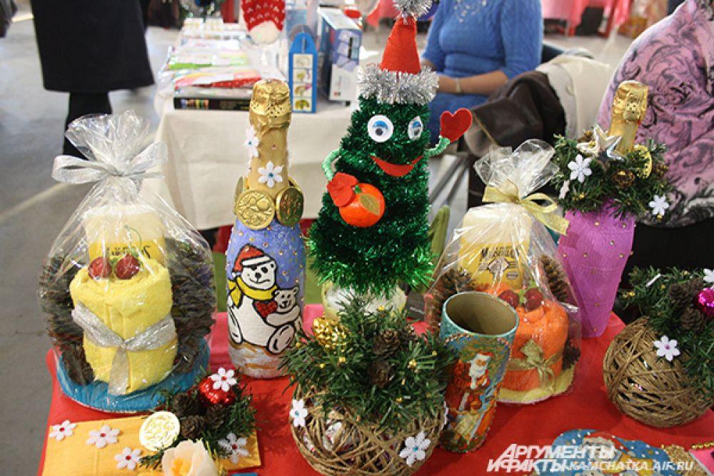 Свечи, ёлки и расписанные бутылки шампанского - далеко не полный список новогодних подарков.