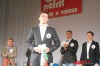 Победитель конкурса Алексей Юдин получает приз.