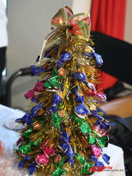 Ёлочка из конфет будет хорошим подарком и отличным дополнением к новогоднему столу.