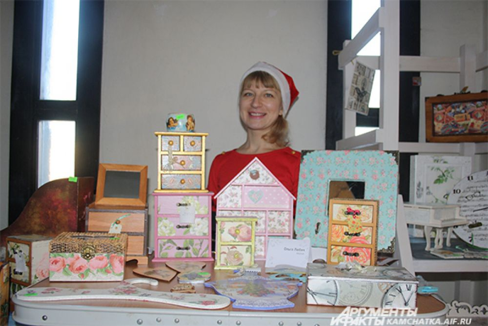 Мастерица представила на выставке шкатулки ручной работы.