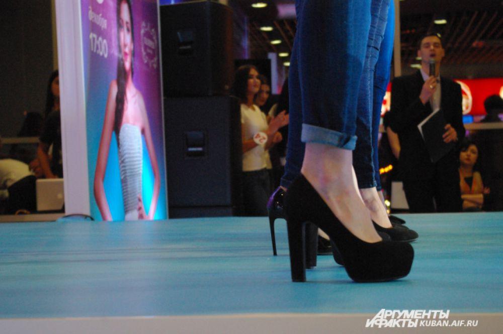 Девушки шли по подиуму на высоких каблуках, к счастью, падений не было.