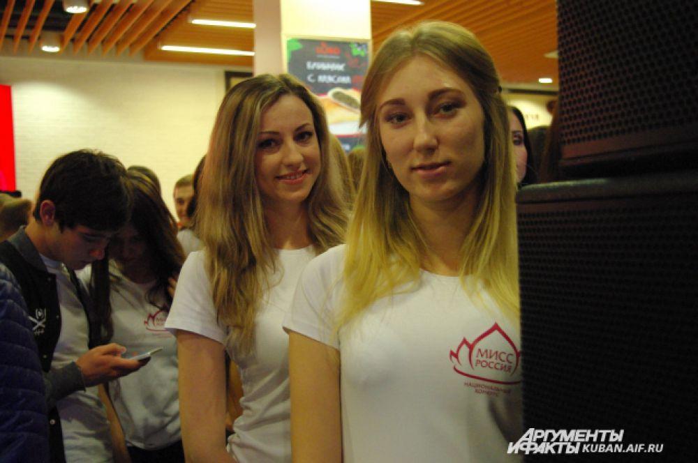 Девушки, которые уже спустились со сцены, с интересом наблюдали за конкурентками.за