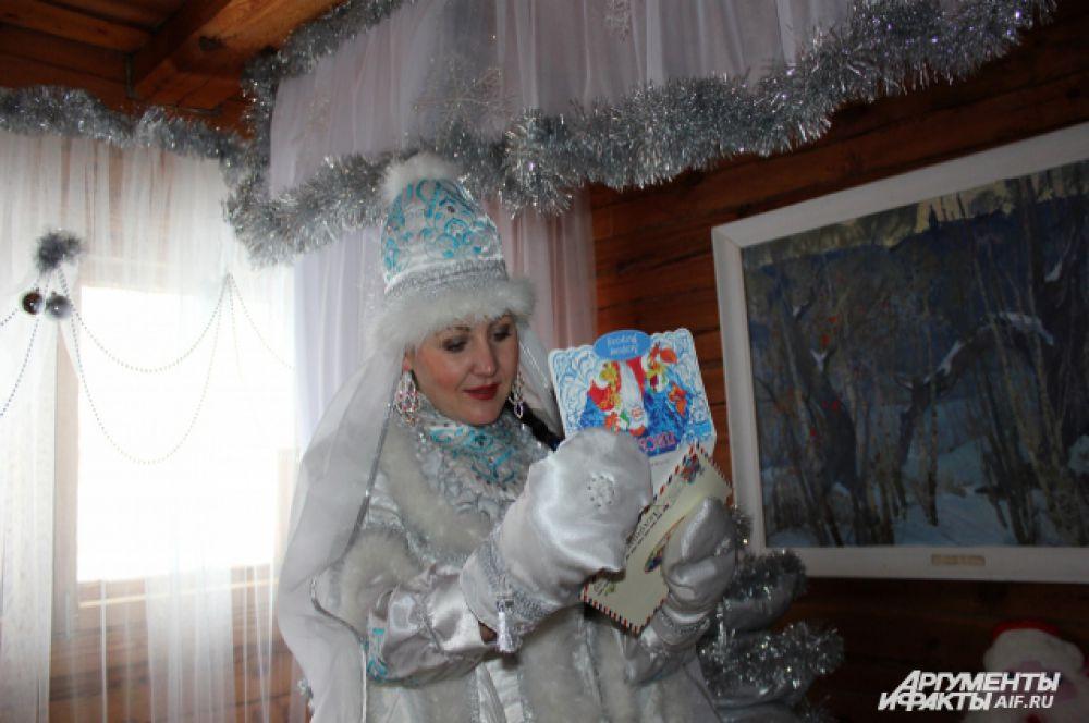 Кар Кызы читает почту Кыш Бабая. За сезон они получают до 4 тысяч писем.