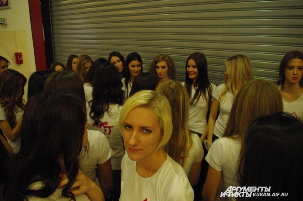 Девушкам объявили, кто прошел в десятку, а кто выбыл из конкурса.