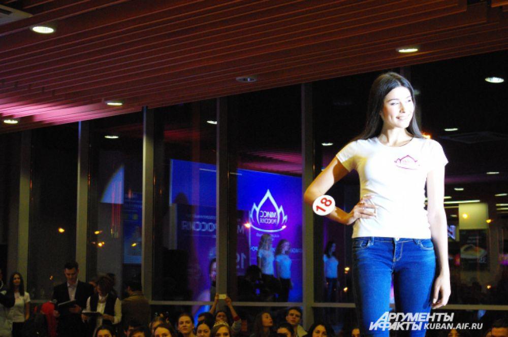 Дойдя до конца подиума, участницы должны были принять элегантную модельную позу.