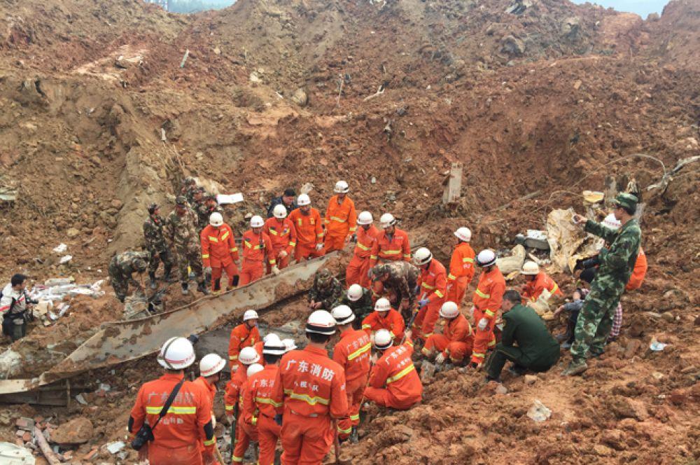 Работники пожарной службы и спасатели на месте происшествия.