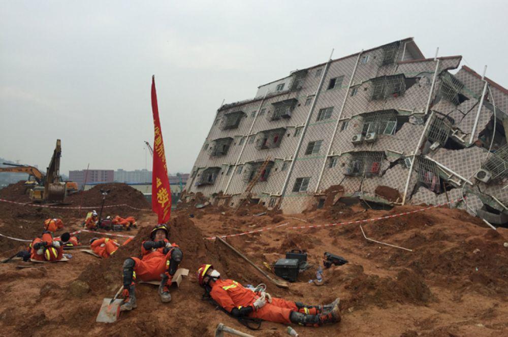 Спасатели на месте схода оползня в Китае.