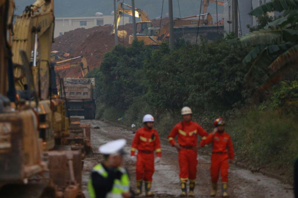 Китайские СМИ сообщают, что некоторые люди успели убежать самостоятельно.