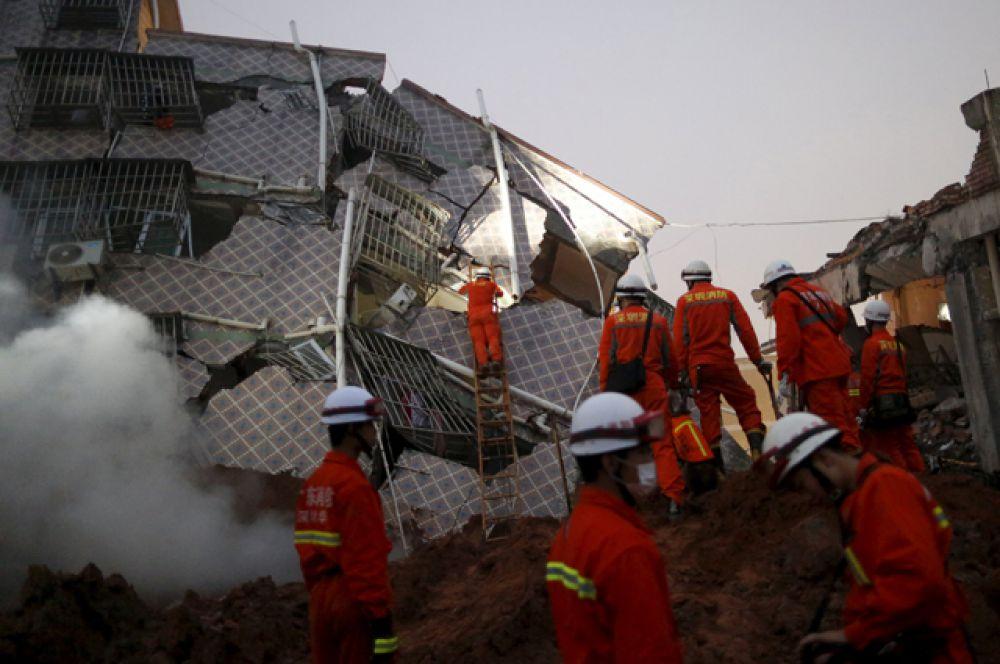 Сотни спасателей до сих пор ищут выживших.