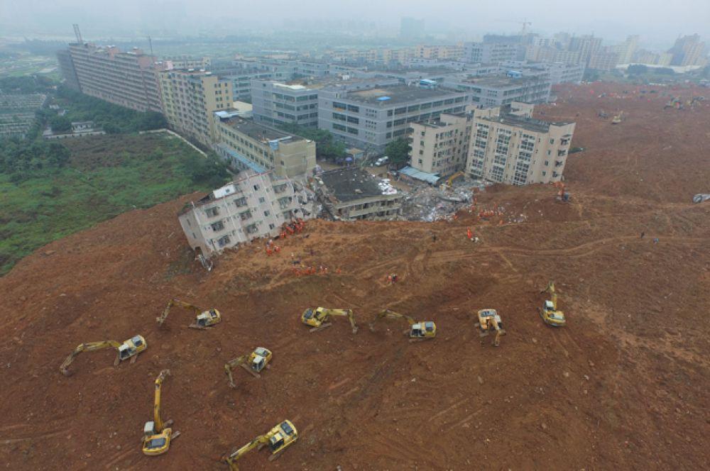 На кадрах, снятых с верхней точки, видно, что волна грязи сошла с холмов, окружающих индустриальный парк.