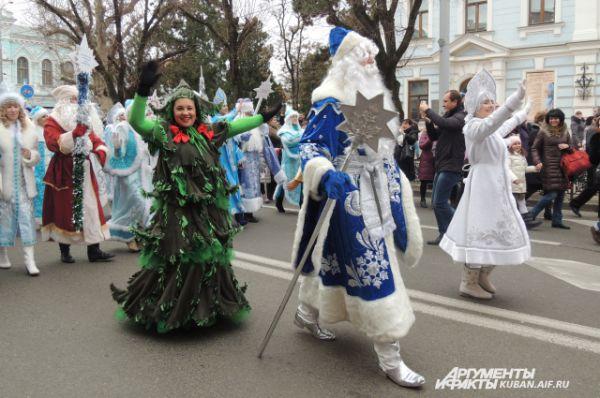 Даже злые сказочные герои были очень приветливы во время шествия Дедов Морозов.