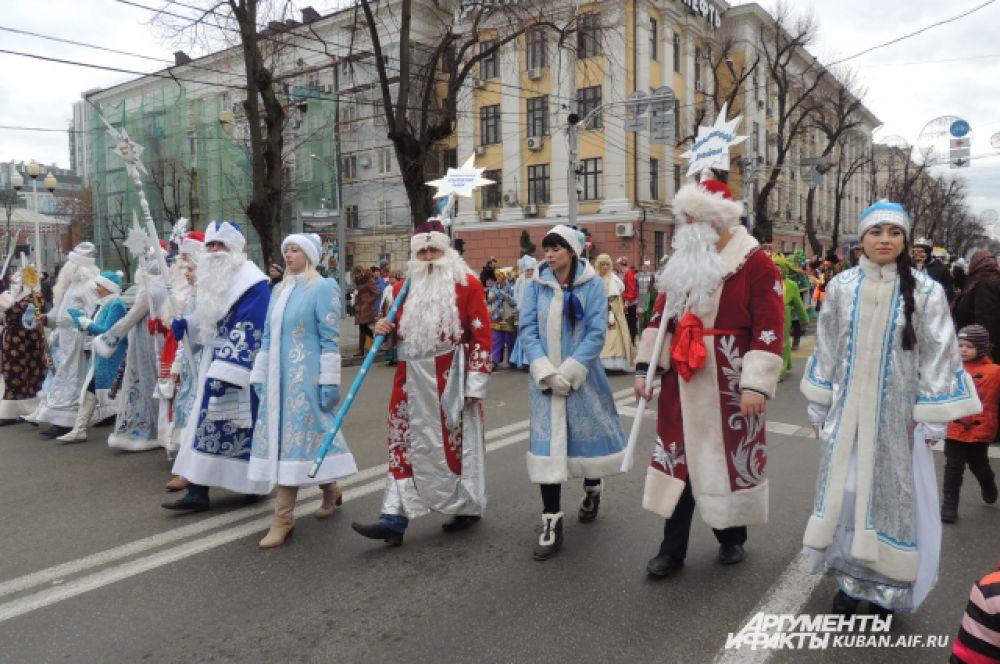 В шествии участвовали 44 Деда Мороза со своими свитами - по числу муниципальных образований на Кубани.