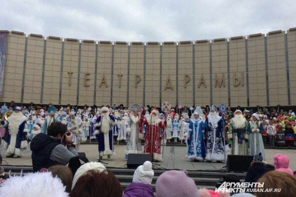 На Театральной площади Деды Морозы поздравили краснодарцев с наступающим праздником, спели песню о новогодней звезде и зажгли праздничные огни на главной елке Краснодара.