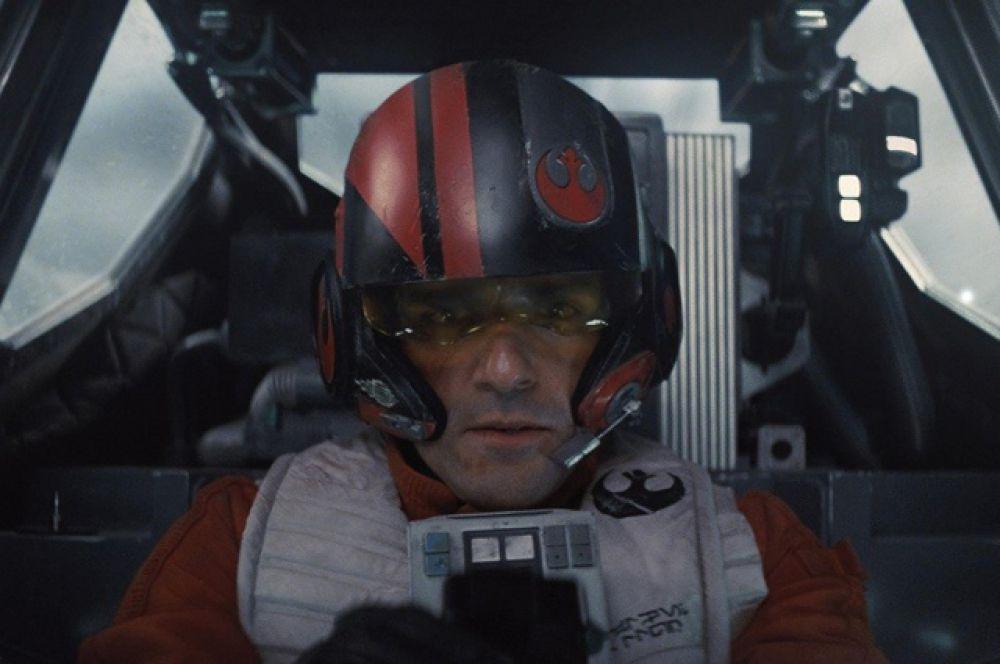 По Дамерон (Оскар Айзек) - пилот Сопротивления, командующий эскадрильей истребителей T-70 «X-wing», на одном из которых летает сам.