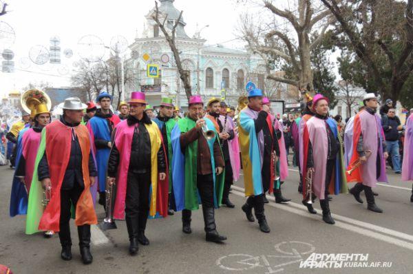 Участники духового оркестра предстали на сказочном параде в образе волшебников.