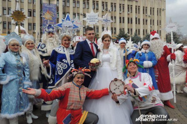 Это молодой семье повезло - «горько» им кричали 44 Деда Мороза со Снегурочками и героями из сказок.