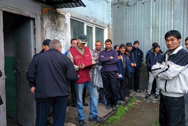 Несколько десятков мигрантов задержали.