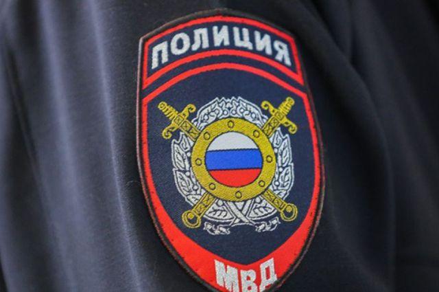 Полиция приехала домой к женщине, чтобы проверить информацию о совершённом преступлении.