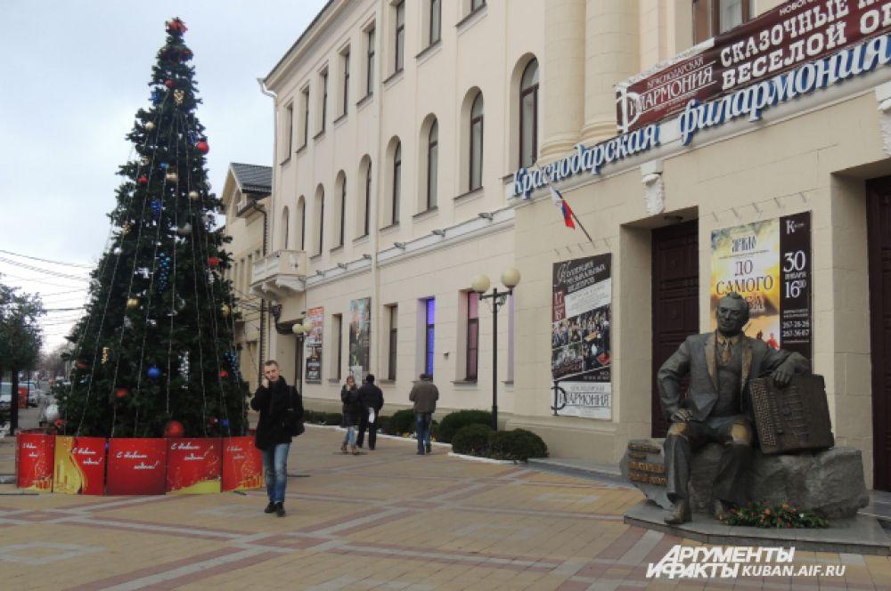 Праздничное хвойное дерево перед зданием краснодарской филармонии.