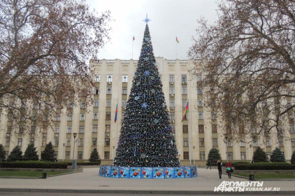 Это новогоднее дерево украшает здание администрации Краснодарского края.