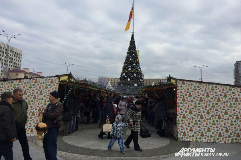 На Театральной площади установлено более 60 торговых павильонов.