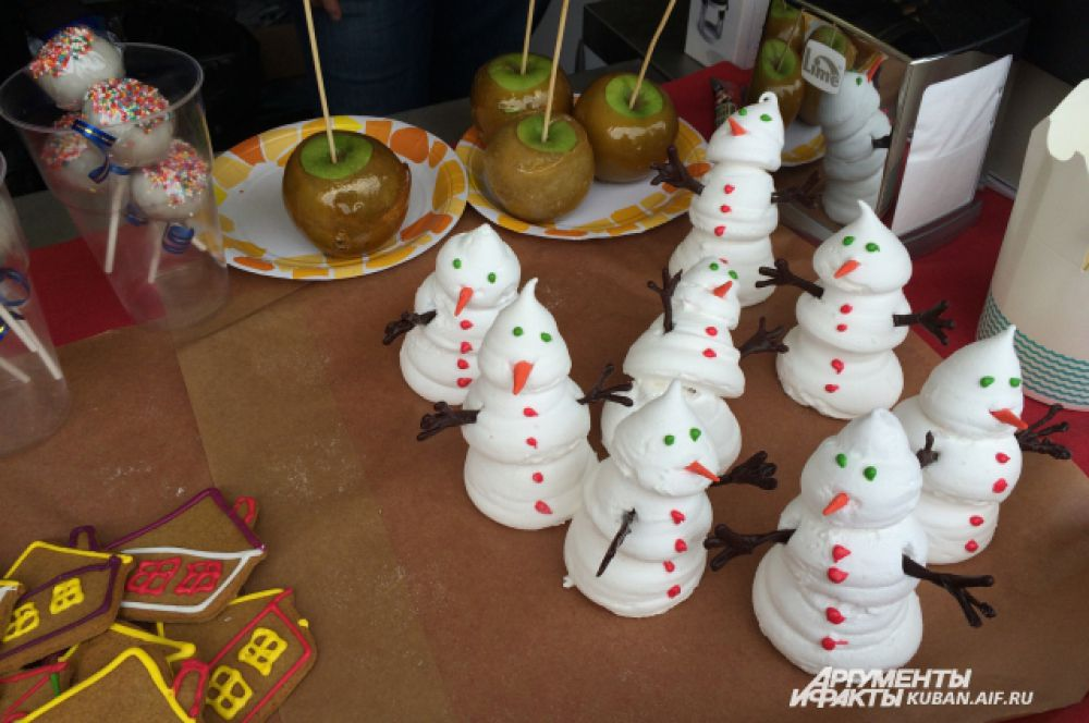 На новогодней ярмарке можно полакомиться сладостями.