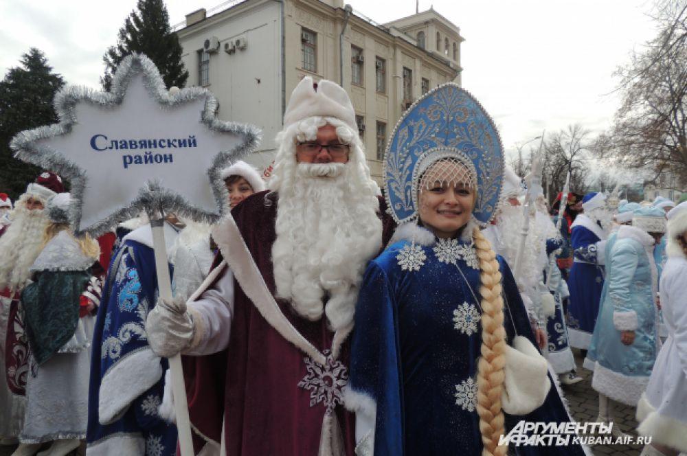 19 декабря по Театральной площади парадом прошли Деды Морозы и Снегурочки из всех районов края.