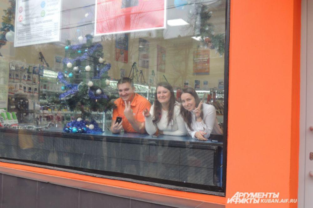 У сотрудников краснодарских магазинов тоже новогоднее настроение.