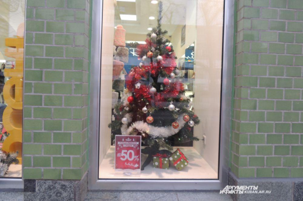 Перед Новым годом магазины заманивают покупателей празднично украшенными витринами и скидками.