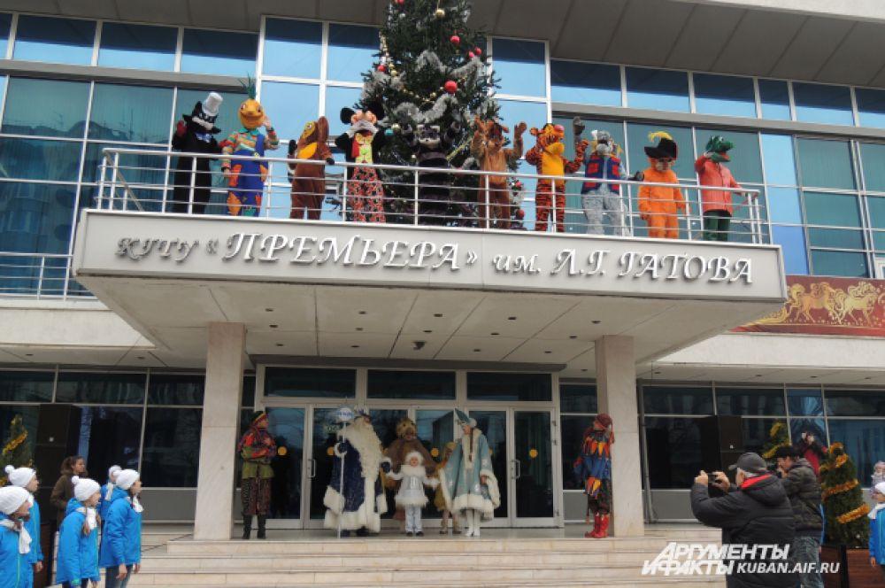 Артисты Музыкального театра поздравляют краснодарцев с наступающим Новым годом.