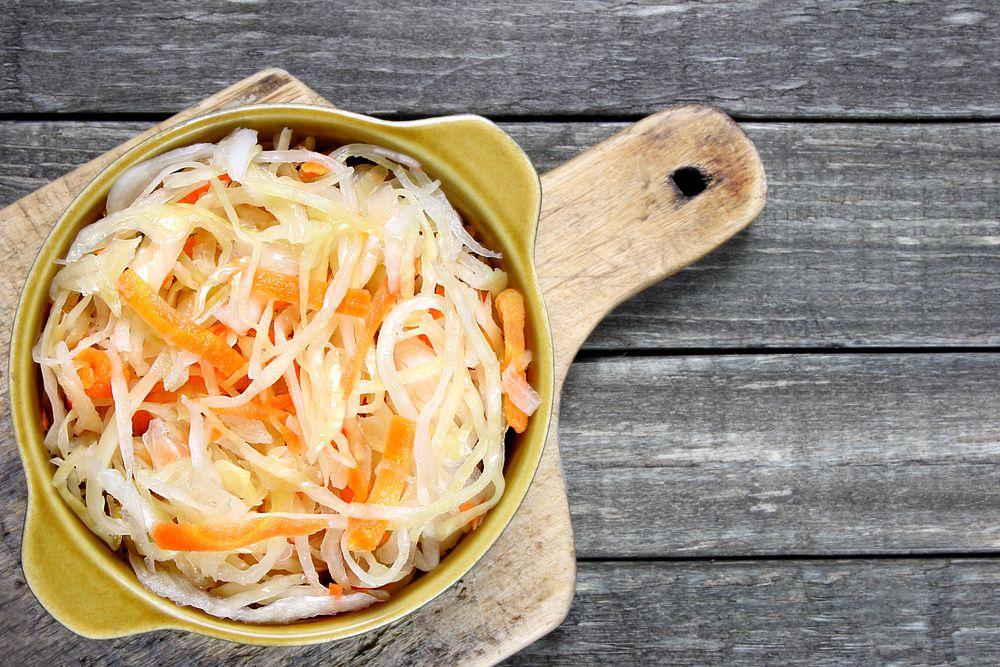 Соленые огурцы и квашеная капуста. Соленые огурцы поддерживают водно-солевой баланс в организме (в разумных количествах, конечно), а квашеная капуста еще богата витамином С и полезными для пищеварения бактериями.
