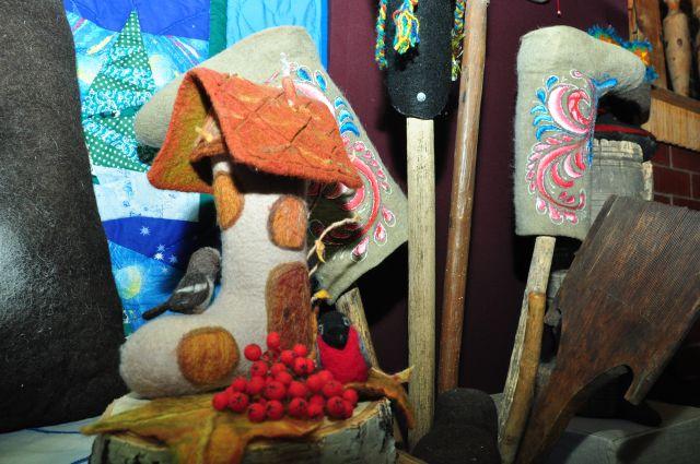Любимая обувь сибиряков представлена на выставке во всём своём многообразии.