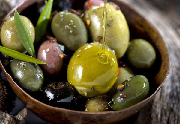 Оливки. Масло в оливках улучшает пищеварение, поэтому их можно и нужно подавать на закуску. А еще оливки нейтрализуют токсичные для организма вещества: именно поэтому их так хорошо добавлять в коктейли или закусывать ими крепкие напитки.