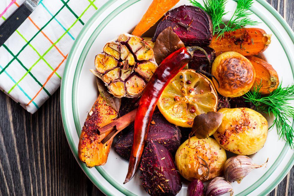 Запеченные овощи. Овощи содержат много клетчатки и действуют на организм как веник: вычищают все ненужное и неполезное, ускоряют метаболизм.