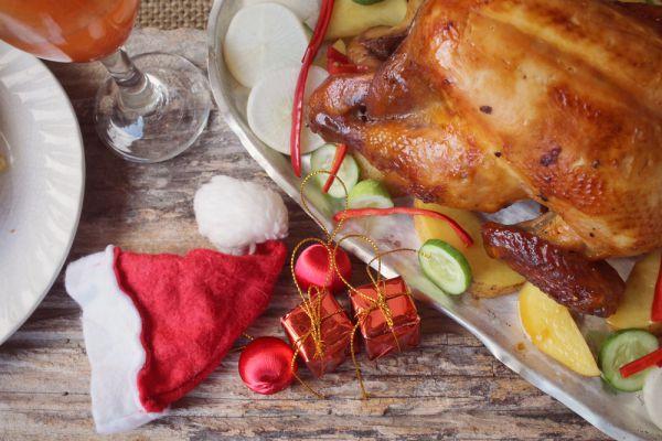 Запеченная телятина или индейка. Лучшая закуска для водки и крепких напитков – нежирные белковые блюда. Она долго переваривается, замедляет расщепление алкоголя, который и печень перерабатывает постепенно, не перегружаясь.