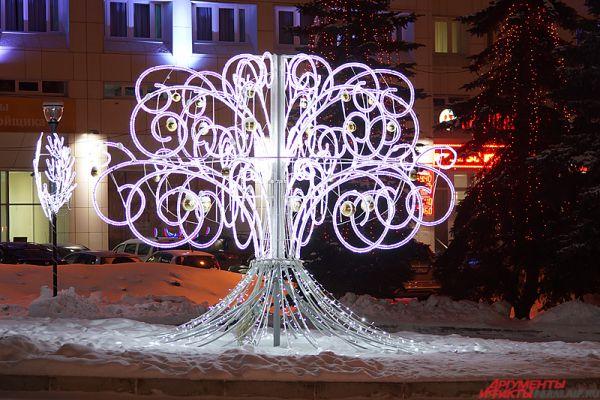 На пересечении улицы Ленина и Комсомольского проспекта раскинулось световое «Райское дерево».