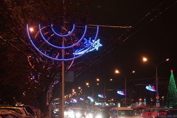 Яркая иллюминация на улице Ленина.