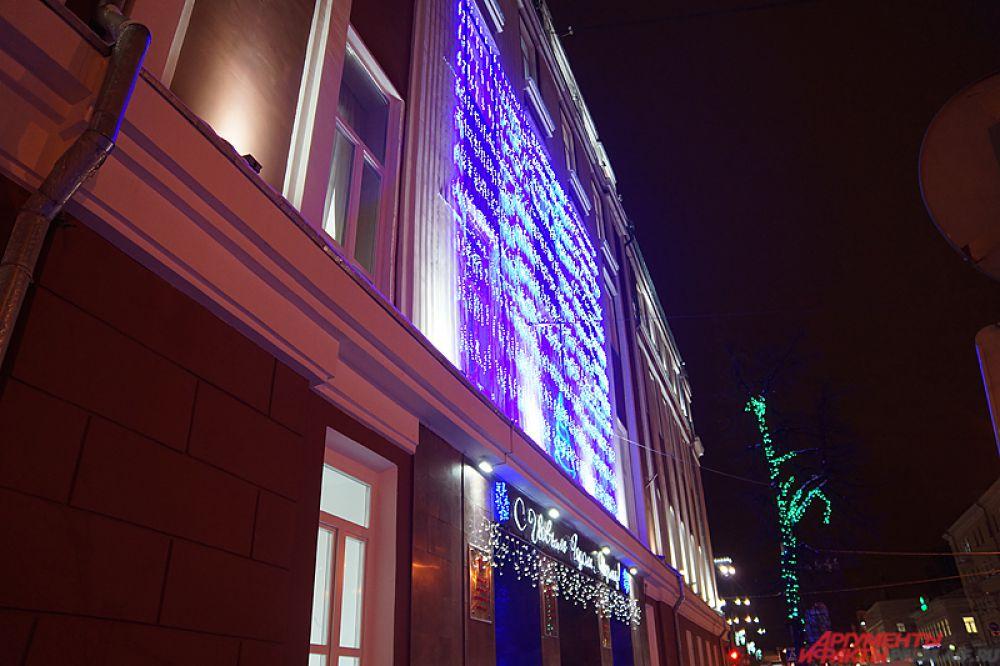 Также украшены и главные здания Перми. У входа в гордуму на фасаде находится красочная разноцветная гирлянда.