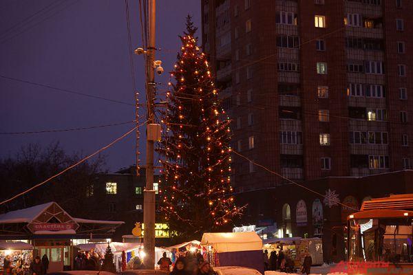 Кроме того, во многих местах города поставили новогодние ели.