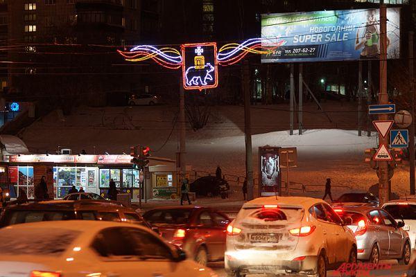 На пересечении улицы Попова с улицами Ленина и Петропавловская появились новые растяжки с изображением герба Перми.