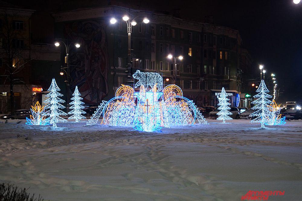 Свое место на Комсомольской площади уже заняла полюбившаяся горожанам световая конструкция «Медведь».