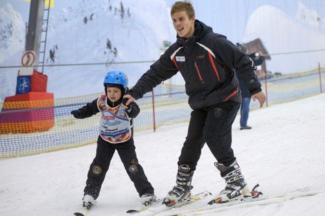Игрок ФК «Динамо» Александр Кокорин во время совместной разминки с участником благотворительной программы «Лыжи мечты» в Красногорске.