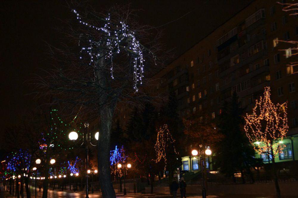 Деревья в огнях на Московской.